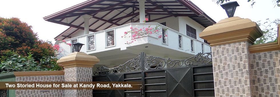 Two Storied Spacious Luxury House built on 16 Perch Land Sale Situated in Kandy Road, Yakkala. Just few meters to Kandy Colombo Main Road & 200 meters to Yakkala Junction.  කොළඹ- නුවර පාරට අතේ දුරින් පර්චස් 16 ඉඩම සමග සියළු පහසුකම් සපිරි දෙමහල් නිවසක් වහාම විකිනීමට